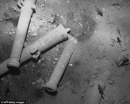 Trước đó, các chuyên gia khảo cổ đã thả xuống đáy biển một chiếc camera giúp khảo sát tình trạng xác tàu trước khi tiến hành một cuộc trục vớt kỳ công.
