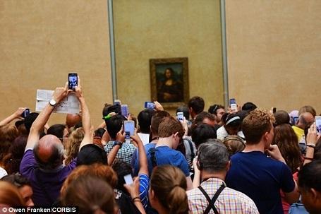 """Bức """"Nàng Mona Lisa"""" là bức tranh nổi tiếng nhất ở bảo tàng Louvre danh tiếng của Pháp. Riêng bức tranh này đã thu hút hàng ngàn du khách chiêm ngưỡng mỗi năm."""