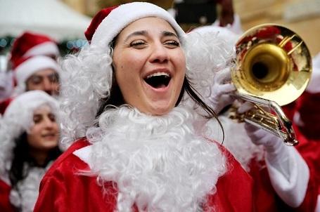 Một phụ nữ Lebanon trong trang phục… bà già Noel hào hứng ca hát tại một sự kiện Giáng sinh ở thủ đô Beirut.