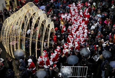 Những người đàn ông và phụ nữ Lebanon diện trang phục ông già Noel chơi nhạc trên đường phố Beirut.