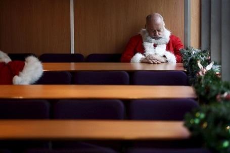 """Ông già Noel tranh thủ nghỉ trưa trong """"mùa Giáng sinh cao điểm"""" làm việc quần quật ở London, Anh."""
