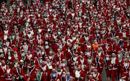 Hàng ngàn người trong trang phục ông già Noel tham gia một cuộc thi chạy thường niên ở Madrid, Tây Ban Nha.