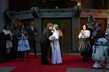 """Một cặp đôi người Úc tổ chức hôn lễ theo phong cách """"Star Wars"""" tại một rạp chiếu ở Hollywood, Mỹ."""