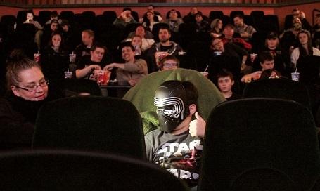 Nhân vật Kylo Ren trong phòng chiếu ở thành phố West Bend, bang Wisconsin, Mỹ.