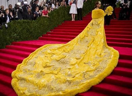 Ngày 5/5: Sự xuất hiện của Rihanna trong một bộ váy dạ hội lấy cảm hứng từ thời trang phương Đông tại một sự kiện lớn ở New York đã trở thành thảm họa khi hàng loạt ảnh chế xuất hiện trên mạng xã hội so sánh chiếc váy của cô với trứng rán, pizza, gà bông…