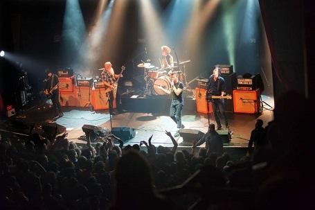 Ngày 13/11: Nhóm nhạc rock đến từ Mỹ - Eagles of Death Metal đang biểu diễn trong nhà hát ở Bataclan (Paris, Pháp). Chỉ một vài phút nữa, một cuộc khủng bố đẫm máu sẽ xảy ra tại đây, cướp đi sinh mạng của 89 khán giả.