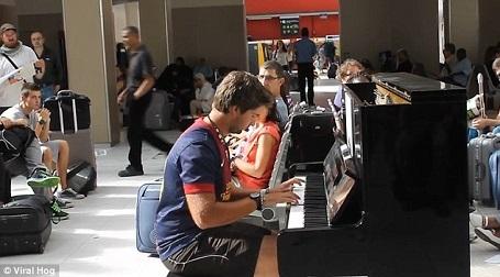 Một thanh niên người Tây Ban Nha có tên Gerard Pla Daró đã ngồi xuống bên cây đàn piano đặt tại một nhà ga ở Paris, Pháp.