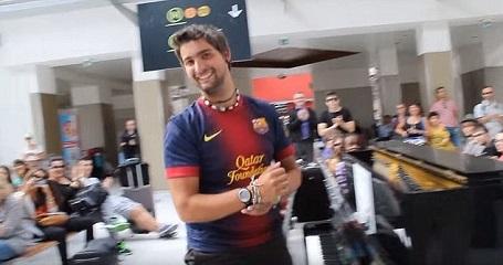 Gerard Pla Daró đã bắt đầu chơi đàn trước và thu hút sự chú ý của Nassim. Phần biểu diễn của họ đã nhận được những tràng pháo tay của đám đông.