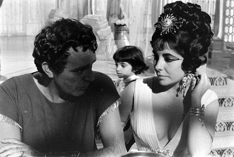 """Richard Burton và Elizabeth Taylor. Phía sau là cô con gái nhỏ của Liz - Liza - trên phim trường """"Cleopatra"""" ở Rome, Ý, năm 1962."""