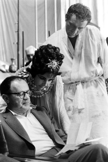 Elizabeth Taylor và Richard Burton bên đạo diễn Joseph L. Mankiewicz trên phim trường.
