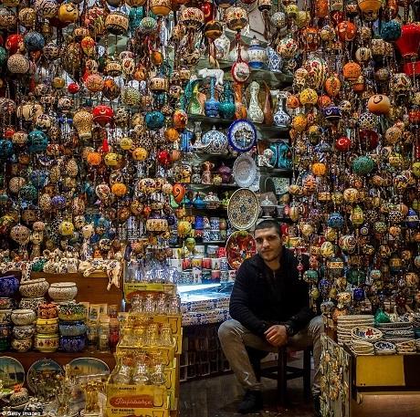 Bạn có thể dành hàng tiếng đồng hồ để lang thang trong khu chợ khổng lồ Grand Bazaar để chiêm ngưỡng những mặt hàng truyền thống của Thổ Nhĩ Kỳ.