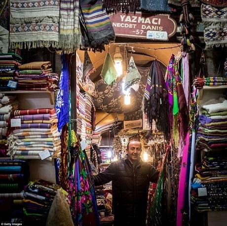 Cửa hàng bán khăn choàng vẽ tay hoặc dệt thủ công.