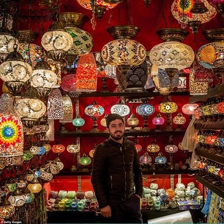 Những chiếc đèn được thiết kế với họa tiết truyền thống Thổ Nhĩ Kỳ.