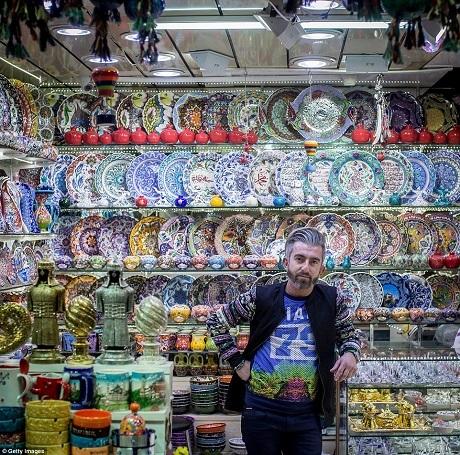 Một cửa tiệm bán đồ gốm sứ thủ công.