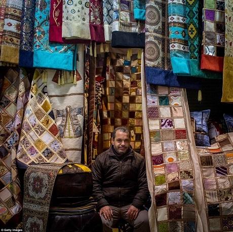 Cửa hiệu bán thảm và các loại vải truyền thống. Đến đây, người mua sẽ được thử thách kỹ năng mặc cả.