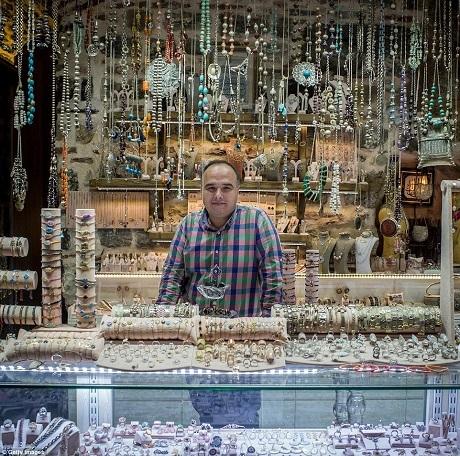 Những món đồ trang sức bằng bạc được bày bán tại một cửa hàng.