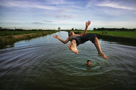 Hạng mục Con người: Hai cậu bé nhảy xuống sông tắm lúc xế chiều ở xã Nghiêm Xuyên, Thường Tín, Hà Nội. (Ảnh: Viet Phuong Tran)