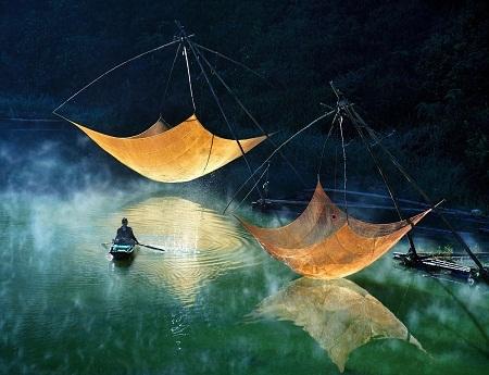 Kiểm tra lưới đánh cá - Tác giả: Lý Hoàng Long.
