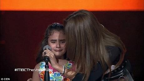 Cô bé mặc một chiếc váy hoa dễ thương đã bắt đầu phần thi của mình khá bình tĩnh nhưng rồi em nấc nghẹn ở giữa phần thi. Giám khảo Nancy Ajram khi đó đã bấm đèn quay lại lựa chọn Ghina liền chạy lên sân khấu để động viên em.