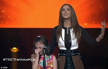 Nữ giám khảo người Lebanon - ca sĩ Nancy Ajram - đã chạy lên sân khấu để giúp cô bé Ghina hoàn tất phần thi của mình.