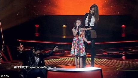 Một vị giám khảo thậm chí đã chạy lên ngồi trên sàn sân khấu và đung đưa hai cánh tay hòa theo nhịp nhạc và tiếng hát của Ghina.