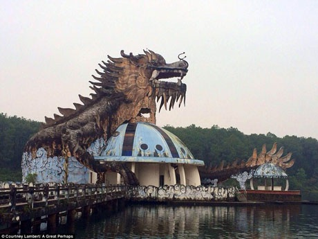 Cảnh quan hoang lạnh, vắng lặng nơi đây khiến Hồ Thủy Tiên bỗng trở thành một điểm đến hấp dẫn du khách ưa phiêu lưu.