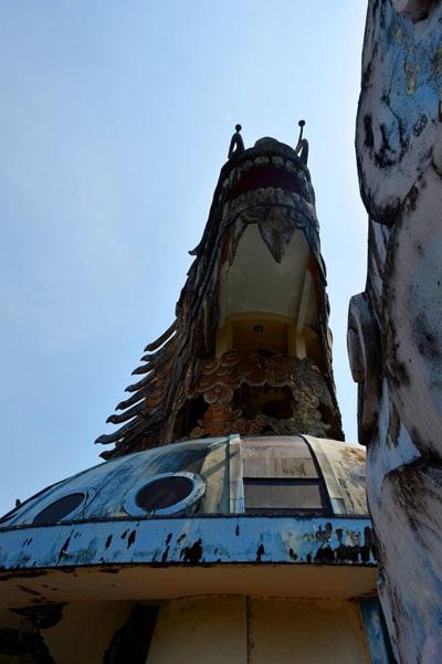 Những mảng sơn bong tróc khiến công trình mang một vẻ cũ kỹ đầy ma mị.