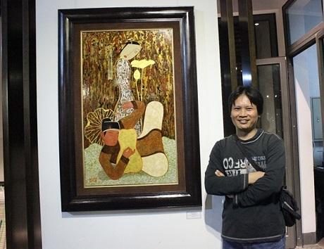 Họa sĩ Bùi Trọng Dư bên tác phẩm của mình. Anh đánh giá các tác phẩm năm nay khá tốt và có chất lượng, các họa sỹ thể hiện rõ rệt được những phong cách của mình. Anh nhấn mạnh, nghệ thuật cần nhất là yếu tố cá nhân, là cá tính riêng của từng nghệ sĩ.