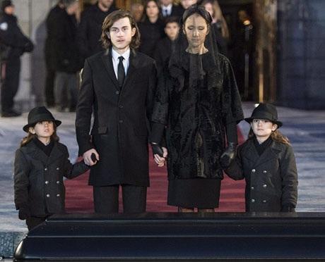 Celine Dion đứng trước linh cữu chồng cùng với ba người con trai.