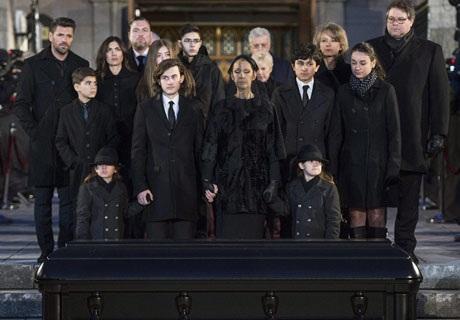 Bên cạnh mẹ con Celine Dion là gia đình nội ngoại.