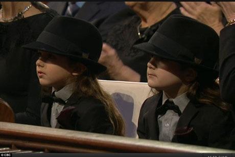 Hai người con trai sinh đôi của Celine Dion còn quá nhỏ, vì vậy, hai bé được cho ngồi ở băng ghế dành cho những người thân thích với gia đình thay vì đứng bên mẹ và các anh chị em trong lúc cử hành lễ tang.