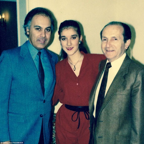 Trong những năm tháng đầu khi tình yêu chớm nở, ảnh chụp năm 1985. Celine Dion đứng giữa, Rene Angelil đứng ngoài cùng bên trái. Người còn lại là nhạc sĩ người Pháp Eddy Marnay - một người bạn thân thiết của cặp đôi. Sau này, Celine và Angelil đã đặt tên cho một cậu con trai của họ là Eddy để tưởng nhớ người bạn yêu mến.