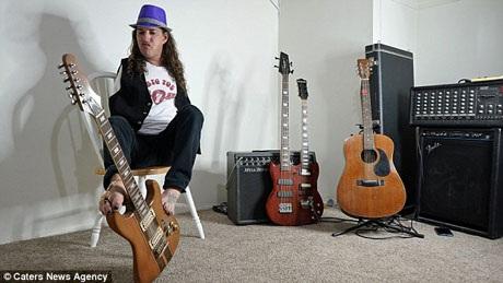 Giờ đây, Mark là một nghệ sĩ nhạc rock được người dân địa phương biết đến và thường nhận được lời mời biểu diễn trên các sân khấu lớn nhỏ.