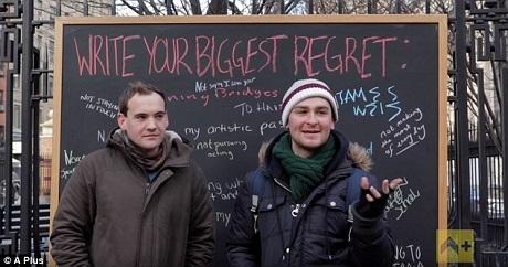 Tấm bảng được để trong công viên suốt một ngày và được lấp đầy bởi những dòng chữ đủ màu sắc.