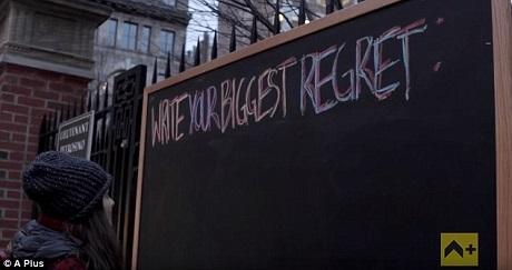 """Khi được nhìn tấm bảng ngập tràn những điều nuối tiếc, giờ chỉ còn là một tấm bảng trống trơn, người phụ nữ này đã rất xúc động và gọi nó là tấm bảng """"hy vọng"""". Chị nghĩ rằng lúc này tấm bảng chính là biểu trưng cho tương lai không còn gì để phải nuối tiếc."""