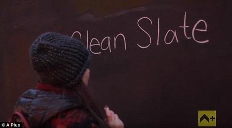 """Chứng kiến hình ảnh tấm bảng được lau đi sạch sẽ, người phụ nữ này khẳng định rằng từ bây giờ chị sẽ để những nuối tiếc của mình lại phía sau. Đoạn video kết thúc bằng hình ảnh người phụ nữ viết lên tấm bảng dòng chữ """"clean slate"""" (tạm dịch: giũ bỏ gánh nặng quá khứ)."""