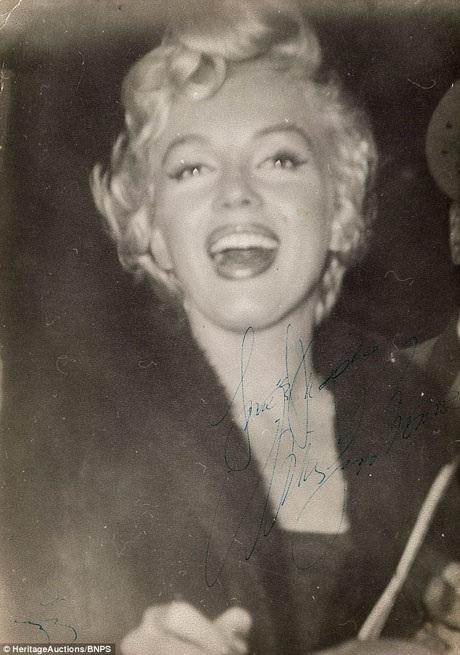 """Marilyn đã ký tặng bức ảnh này cho James, trên đó đề rằng """"Yêu và hôn - Marilyn Monroe""""."""