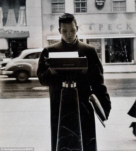 """Trong ảnh là cậu thanh niên James Collins hồi năm 1955 khi còn đang mải mê chạy theo thần tượng vòng quanh New York cùng với các bạn trong nhóm """"Monroe 6""""."""