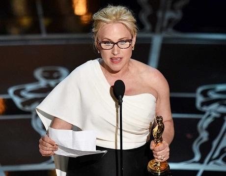 """Giờ đây, tất cả các bài phát biểu khi lên nhận giải sẽ bị giới hạn trong 45 giây nhằm mục đích giữ cho chương trình được ngắn gọn, súc tích. Thực tế, lễ trao giải Oscar đã luôn được biết tới là sự kiện kéo dài… """"lê thê""""."""