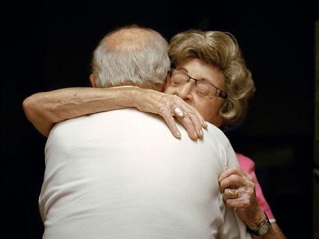 """Ông bà Moses và Tessie Rubenstein: """"Mỗi ngày vợ tôi đều thể hiện tình yêu dành cho tôi. Bà ấy thường bảo rằng: Hôm nay, tôi đã nói cho ông biết tôi yêu ông nhiều tới mức nào chưa? Mỗi ngày, mỗi ngày, bà ấy đều nói với tôi như vậy đấy""""."""