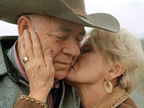 """Ông bà John và Sherma Campbell: """"Khi mới bắt đầu yêu, bạn nghĩ rằng mình đã yêu hết trái tim rồi, nhưng tình yêu cũng lớn lên, giống như nội tâm của bạn lớn lên khi thời gian trôi qua và bạn trải nghiệm nhiều hơn. Ở giai đoạn này của trò chơi tình ái, tôi yêu ông ấy còn nhiều hơn thời trẻ. Tôi không thể tưởng tượng cuộc đời mình sẽ ra sao nếu không có ông ấy""""."""