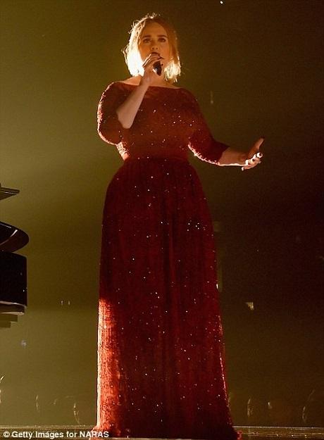 Adele được nhiều fan hâm mộ khen ngợi vì đã cố gắng giữ bình tĩnh trên sân khấu.