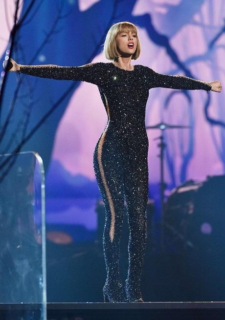 Taylor Swift trên sân khấu lễ trao giải Grammy