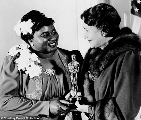 Hattie McDaniel là người Mỹ gốc Phi đầu tiên nhận được giải Oscar. Người trao giải cho bà là nữ diễn viên Fay Bainter.