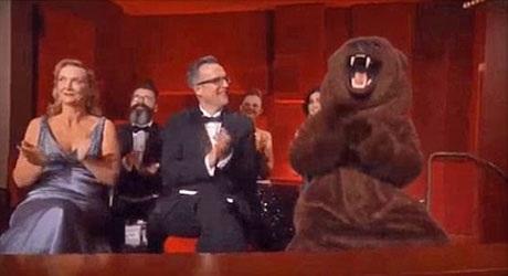 """Chú gấu trong phim """"The Revenant"""" vô cùng hạnh phúc khi người bạn diễn của mình giành giải."""