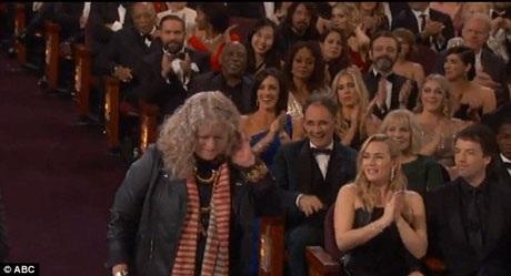 Khi bà Jenny bước gần lên sân khấu, nữ diễn viên Kate Winslet đã dành cho bà tràng pháo tay khích lệ.