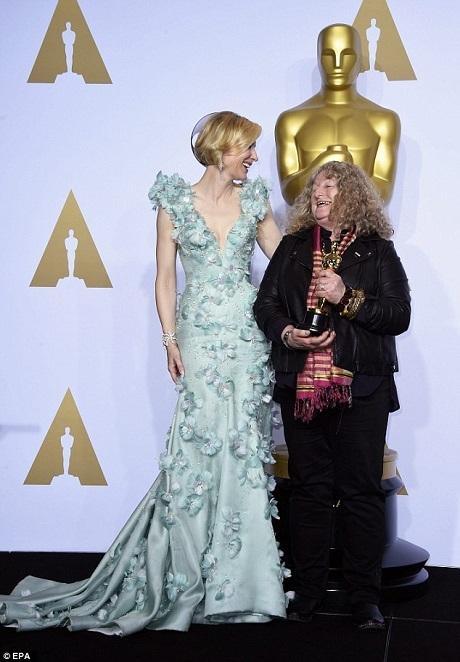 Jenny Beavan nắm giữ tượng vàng trong tay và chụp hình kỷ niệm cùng với nữ diễn viên Cate Blanchett trong phòng truyền thông.