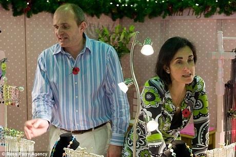 Người chơi Charles Ingram và vợ - Diana Ingram - đang bán hàng tại quầy trang sức hand-made của chị Diana nằm trong một phiên chợ Giáng sinh ở hạt Yorkshire, Anh.