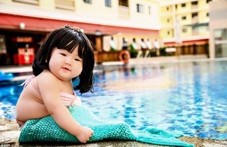 """Hình ảnh đáng yêu của cô bé 6 tháng tuổi Lê Phạm Khả Di xuất hiện trên nhiều trang báo nước ngoài, cô bé ăn vận theo phong cách của một nàng """"mỹ nhân ngư"""" và ngay lập tức làm """"điên đảo"""" mạng xã hội."""