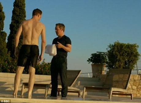 Tom Hiddleston - nam diễn viên tiềm năng cho vai diễn điệp viên 007 James Bond - đã tranh thủ mọi cơ hội để quảng bá hình ảnh bản thân trong bộ phim truyền hình mới phát sóng trên truyền hình Anh trong khung giờ vàng.